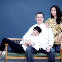 Maudy Koesnaedi dan keluarga. (Instagram/maudykoesnaedi)