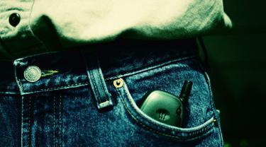Untuk para pria yang ingin spermanya dalam keadaan sehat sebaiknya hindari menaruh ponsel di kantong celana. (Foto: media.vocativ.com)