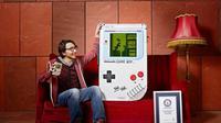 Pemuda berusia 21 tahun itu memecahkan rekor dunia di Guinness World Record untuk Game Boy terbesar di dunia.