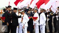 Para perwira transportasi bersiap untuk dilantik di STPI Curug, Tangerang, Kamis (8/9). Sebanyak 2.116 perwira transportasi dilantik, Mereka merupakan lulusan dari 14 sekolah transportasi dari matra darat, laut, dan udara. (Liputan6.com/Faizal Fanani)