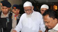 Terpidana kasus terorisme Abu Bakar Baasyir dikawal aparat kepolisian meninggalkan Mabes Polri untuk menjalani operasi katarak di Jakarta, (29/02/2012). (AFP Photo/Adek Berry)