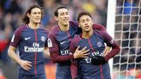 Neymar dan Angel Di Maria merayakan gol yang dicetak ke gawang Strasbourg dalam laga lanjutan Ligue 1 2017-2018 di Parc des Princes, Sabtu (17/2/2018) atau Minggu (18/2/2018) dini hari WIB. (AP Photo/Francois Mori)