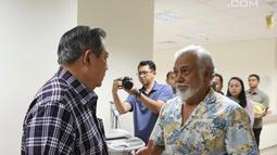 Presiden RI ke-6 Susilo Bambang Yudhoyono (SBY) menyambut mantan PM Timor Leste Xanana Gusmao di National University Hospital, Singapura, Minggu (24/2). Xanana memberikan doa kesembuhan untuk Ani Yudhoyono. (Liputan6.com/HO/Anung Anandito)