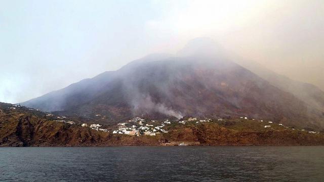 Asap mengepul dari gunung berapi di pulau Italia Stromboli, Rabu, 3 Juli 2019. (ANSA Via AP)