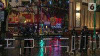 Polisi bersenjata lengkap melakukan penjagaan di sekitar kawasan Mabes Polri Jakarta, Rabu (31/3/2021). Seorang terduga teroris diduga berupaya melakukan penyerangan ke area Mabes Polri hingga aksi baku tembak dengan polisi pun sempat terjadi. (Liputan6.com/Faizal Fanani)