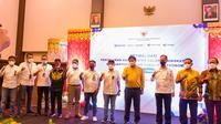 Penyerahan bantuan sosial sembako disaksikan oleh Menteri Koordinator Perekonomian, Airlangga Hartanto dan diberikan langsung oleh Pimpinan Wilayah VII Askrindo, Ardian Brahmana kepada Gubernur Sulawesi Tengah Rusdy Mastura.