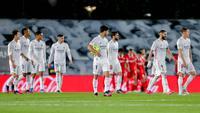 Para pemain Real Madrid tampak lesu usai gagal menaklukkan Sevilla pada laga Liga Spanyol di Stadion Alfredo di Stefano, Minggu (10/5/2021). Kedua tim bermain imbang 2-2. (AP/Manu Fernandez)