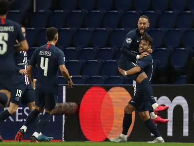 Striker Paris Saint-Germain, Neymar, merayakan gol yang dicetaknya ke gawang Borussia Dortmund pada leg 16 besar Liga Champions di Parc des Princes, Prancis, Kamis (12/3) dini hari WIB. PSG menang 2-0 atas Dortmund.(AFP/GETTY/UEFA)
