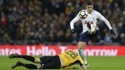 Pemain Tottenham, Erik Lamela (kanan) berhasil merebut bola dari pemain Newport, Mickey Demetriou pada laga Piala FA di Wembley Stadium, London, (7/2/2018). Tottenham menang 2-0. (AP/Alastair Grant)