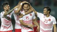 Para pemain Indonesia merayakan gol yang dicetak oleh Ricky Fajrin ke gawang Laos pada laga Asian Games di Stadion Patriot, Jawa Barat, Jumat (17/8/2018). Indonesia menang 3-0 atas Laos. (Bola.com/Peksi Cahyo)