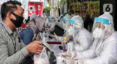 Warga mengikuti Rapid Test di Bundaran Hotel Indonesia, Jakarta, Selasa (26/5/2020). Rapid test ini dilakukan bertujuan mendeteksi serta memutus rantai penyebaran virus Corona (COVID-19) dan rapid test ini gratis dengan menunjukkan KTP. (Liputan6.com/Johan Tallo)
