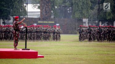 Panglima TNI Marsekal Hadi Tjahjanto saat memimpin upacara peringatan ulang tahun ke-67 Komando Pasukan Khusus (Kopassus) di Markas Kopassus, Cijantung, Jakarta, Rabu (24/4). Dalam pidato nya Marsekal Hadi mengatakan pasukan Kopassus adalah prajurit pilihan. (Liputan6.com/Faizal Fanani)