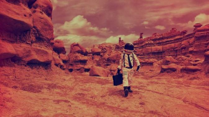 Ilustrasi manusia berjalan di Mars (iStock).