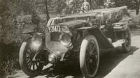 Florence Lawrence saat mengendarai mobil di tahun 1912