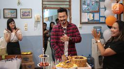 Aktor Denny Sumargo (tengah) bersama didampingi calon istrinya, Dita Soedarjo (kiri) saat merayakan ulang tahunnya yang ke-37 di Panti Asuhan Dorkas, Jakarta, Kamis (11/10). Denny mengaku bersyukur dengan kejutan dari Dita. (Liputan6.com/Faizal Fanani)