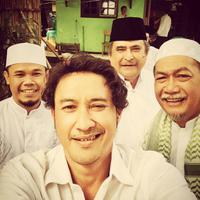 Deddy Mizwar selfie bersama pemain 'Para Pencari Tuhan Jilid 9'. Foto: Twitter (@aguskuncoroadi)