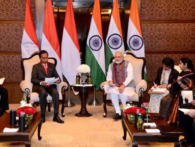Presiden Joko Widodo (Jokowi) melakukan pertemuan bilateral dengan PM India Narendra Modi di Hotel Taj Diplomatic Enclave, New Delhi, Kamis (25/1). Pertemuan tersebut dilakukan setelah menghadiri KTT ASEAN-India. (Liputan6.com/Pool/Biro Pers Setpres)