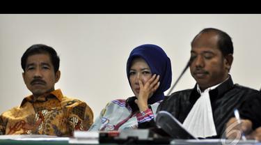 Romi Herton (kiri) dan Istri saat menjalani sidang lanjutan di Pengadilan Tipikor, Jakarta, Kamis (15/1/2015). (Liputan6.com/Miftahul Hayat)
