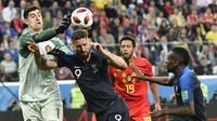 Striker Prancis, Olivier Giroud, duel udara dengan kiper Belgia, Thibaut Courtois, pada laga semifinal Piala Dunia di Stadion St Petersburg, Selasa (10/7/2018). Prancis menang 1-0 atas Belgia. (AP//Martin Meissner)