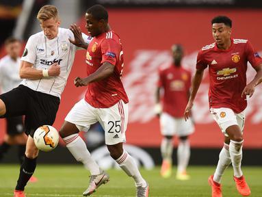 Striker Manchester United, Odion Ighalo, berebut bola dengan bek LASK, Philipp Wiesinger, pada laga leg kedua 16 besar Liga Europa 2019/2020 di Old Trafford, Kamis (6/8/2020) dini hari WIB. Manchester United menang agregat 7-1 atas LASK. (AFP/Oli Scarff)