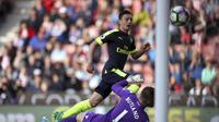 Ozil kecoh Jack Butland saat Arsenal bantai Stoke City di lanjutan Liga Inggris (Nick Potts/PA via AP)