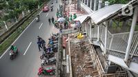Suasana lalu lintas di sekitar lokasi pembangunan selter di kawasan Stasiun Palmerah, Jakarta, Selasa (2/2/2021). Penataan ini diharapkan bisa menjadi solusi kemacetan yang kerap terjadi di kawasan tersebut. (Liputan6.com/Faizal Fanani)