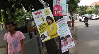 Sejumlah Alat Paraga Kampanye masih terlihat di pinggir Jalan Raya Pasar Minggu, Jakarta, Minggu (14/4). Memasuki masa tenang jelang pelaksanaan Pemilu 2019, sejumlah Alat Paraga Kampanye masih terlihat bertebaran di beberapa ruas jalan. (Liputan6.com/Helmi Fithriansyah)