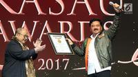 Kepala Staf TNI Angkatan Udara (Kasau) Marsekal TNI Hadi Tjahjanto (kanan) menerima Piagam Penghargaan MURI dari Jaya Suprana dalam acara malam Anugerah Jurnalistik KASAU Awards 2017 di Jakarta, Sabtu (25/11). (Liputan6.com/Angga Yuniar)