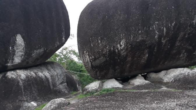 Bongkahan batu granit besar di atas Bukit Peramun. Dua batu ini disebut sebagai batu kembar karena jenis dan ukurannya yang hampir sama.