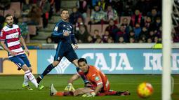 Kiper Granada, Andres Fernandez (kanan) melihat bola yang meluncur kearah gawangnya hasil sepakan Cristiano Ronaldo pada lanjutan La Liga Spanyol di di Estadio Nuevo Los Carmenes, Senin (8/2/2016) dini hari WIB. (AFP/Jorge Guerrero)