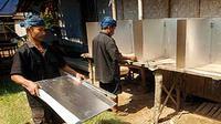Dua pria suku Baduy mempersiapkan bilik suara di Tempat Pemungutan Suara (TPS), di Desa Kanekes, Ciboleger, Lebak, Banten.(Antara)