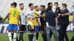 Kedua tim pun dilanda kebingungan. Pihak Anvisa meminta skuad Argentina untuk kembali ke ruang ganti dan laga pun dihentikan wasit. (Foto: AP/Andre Penner)