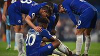 Winger Chelsea, Callum Hudson-Odoi, mengalami cedera saat melawan Burnley di Stamford Bridge, Selasa dini hari WIB (23/4/2019). (AFP/Glyn Kirk)