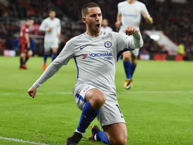Gelandang Chelsea, Eden Hazard, melakukan selebrasi usai mencetak gol ke gawang Bournemouth pada laga Premier League di Stadion Vitality, Sabtu (28/10/2017). Chelsea menang 1-0 atas Bournemouth. (AFP/Glyn Kirk)