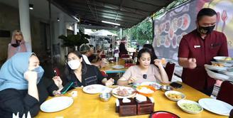 Nagita Slavina Borong Nasi padang (Youtube/Rans Entertainment)