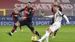 Pemain Juventus Cristiano Ronaldo (kanan) menggiring bola saat melawan Genoa pada pertandingan Serie A Italia di Stadion Luigi Ferraris, Genoa, Italia, Minggu (13/12/2020). Juventus menang 3-1, Ronaldo mencetak dua gol. (Tano Pecoraro/LaPresse via AP)