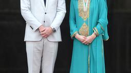 Pangeran William dan Kate Middleton mengunjungi Masjid Bahashi yang bersejarah di Lahore, Kamis (17/10/2019). Dalam kunjungan kali ini, Kate memilih tampilan tradisional dengan shalwar kameez atau baju Pakistan. (Photo by AAMIR QURESHI / AFP)