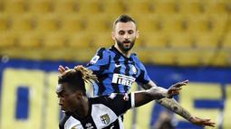Penyerang Parma, Yann Karamoh berebut bola dengan gelandang Inter Milan, Marcelo Brozovic pada pekan ke-25 Serie A 2020/2021, di Stadion Ennio Tardini, Jumat (5/3/2021) dini hari WIB. Dua gol Alexis Sanchez memastikan skor akhir Parma vs Inter Milan menjadi 1-2. (Massimo Paolone / LaPresse via AP)