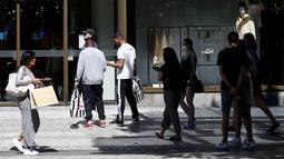 Orang-orang mengantre di depan sebuah toko di Praha, Republik Ceko, Senin (10/5/2021). Ceko secara besar-besaran melonggarkan pembatasan corona COVID-19 karena negara paling terpukul pandemi di Eropa itu memberikan penghormatan kepada hampir 30.000 korban meninggal. (AP Photo/Petr David Josek)