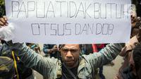 Massa Ikatan Mahasiswa Papua saat berunjuk rasa di depan Kementerian Dalam Negeri, Jakarta, Rabu (24/2/2021). Dalam aksinya mereka mengutuk tindakan elite politik Papua yang mengatasnamakan rakyat Papua untuk mendukung Otonomi Khusus (Otsus). (Liputan6.com/Faizal Fanani)