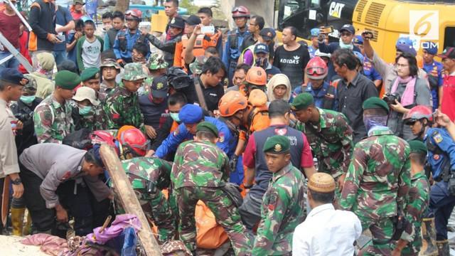 KRI Torani 680 lintas laut saat ini berada di perairan Sumur untuk mengirimkan bantuan personil dan logistik.