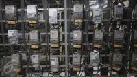 Suasana ruang panel listrik di Rusun Benhil, Jakarta, Kamis (5/11/2015). Menteri ESDM Sudirman Said mengatakan, per 1 Januari 2016, harga tarif listrik pelanggan 450 VA akan tetap dan tidak berubah, yakni Rp415 per kWh. (Liputan6.com/Angga Yuniar)