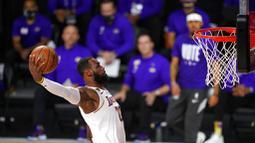 Pebasket Los Angeles Lakers, LeBron James, memasukkan bola saat melawan Miami Heat Pada gim keenam final NBA di  AdvenHealth Arena, Senin (12/10/2020). Lakers menang dengan skor 106-93. (AP Photo/Mark J. Terrill)