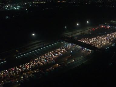 Foto aerial suasana kepadatan kendaraan yang menuju Gerbang Tol Cikarang Utama di Bekasi, Jawa Barat, Minggu (10/6) dini hari. Pada H-5 Lebaran arus mudik di ruas Tol Jakarta-Cikampek mulai mengalami kepadatan. (Liputan6.com/Arya Manggala)