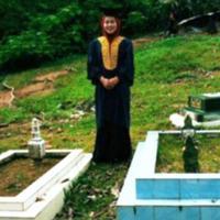 Inilah cerita di balik viralnya foto cewek bertoga di kuburan. Bikin orang yang baca nangis! (Foto: Facebook)