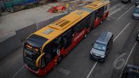Bus TransJakarta melintasi di kawasan Bundaran HI, Jakarta, Senin (9/3/2015). PT Transjakarta menghentikan operasional 30 bus merek Zhongtong pasca insiden terbakarnya bus buatan Tiongkok itu pada Minggu (8/3) kemarin. (Liputan6.com/Faizal Fanani)