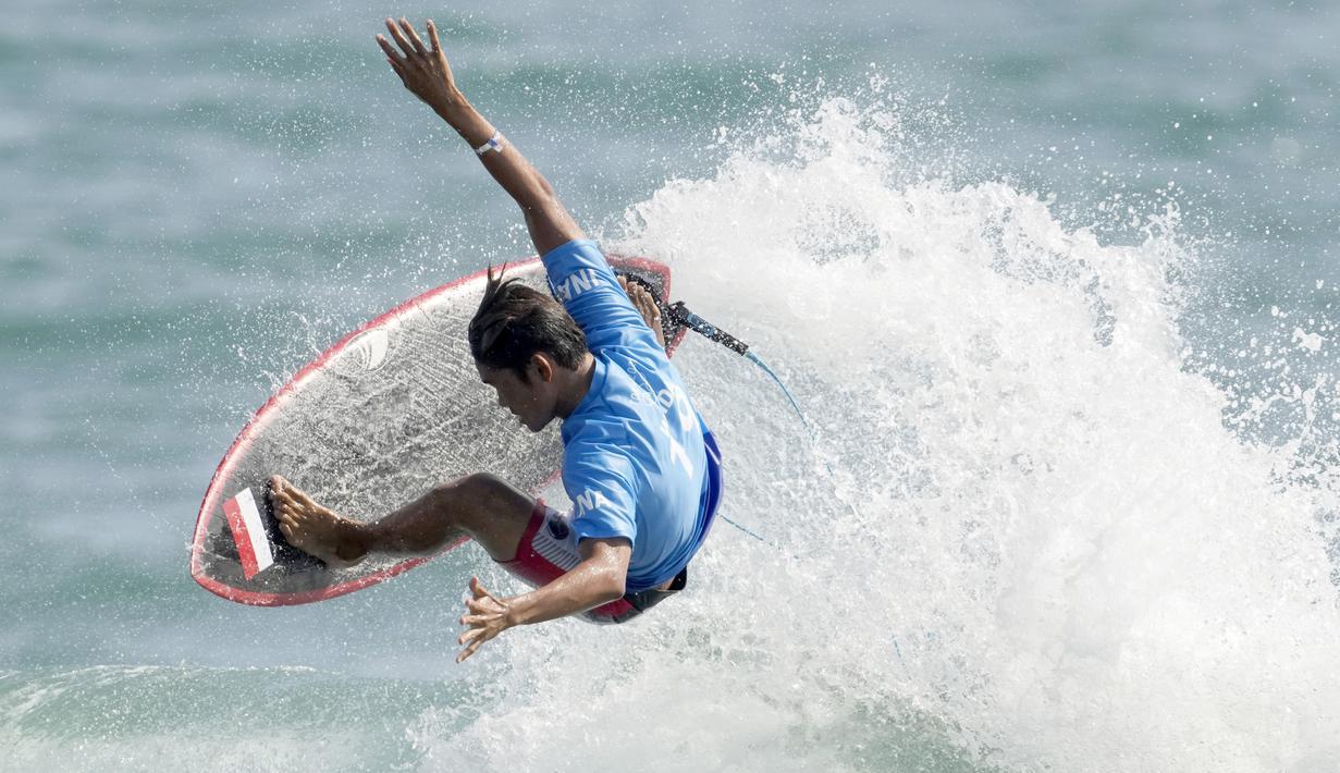 Peselancar Indonesia, Rio Waida, memastikan satu tempat ke babak 16 besar usai menempati peringkat dua di putaran kedua Olimpiade Tokyo 2020. (Foto:AP/Francisco Seco)