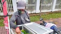 Surahman, penjual pempek pot-pot di Palembang mengalami penurunan omsel penjualannya karena pandemi Covid-19 (Liputan6.com / Nefri Inge)