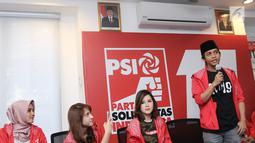 Sekjen PSI, Raja Juli Antoni (kanan) memberi keterangan saat konferensi pers di kantor DPP PSI, Jakarta, Jumat (1/6). Bareskrim Polri juga telah menerbitkan SP3 atas perkara dugaan kampanye di luar jadwal PSI. (Liputan6.com/Herman Zakharia)