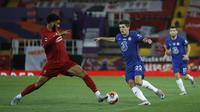 Bek Liverpool, Joe Gomez, berebut bola dengan gelandang Chelsea, Christian Pulisic, pada laga lanjutan Premier League pekan ke-37 di Stadion Anfield, Kamis (23/7/2020) dini hari WIB. Liverpool menang 5-3 atas Chelsea. (AFP/Phil Noble/pool)